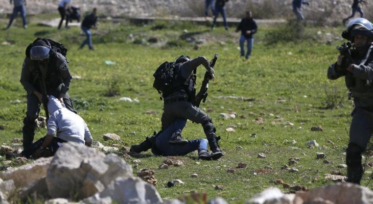 """شاهد بالفيديو: عدسة وكالة """"خبر"""" توثق اعتداء الاحتلال على متظاهرين في رام الله"""