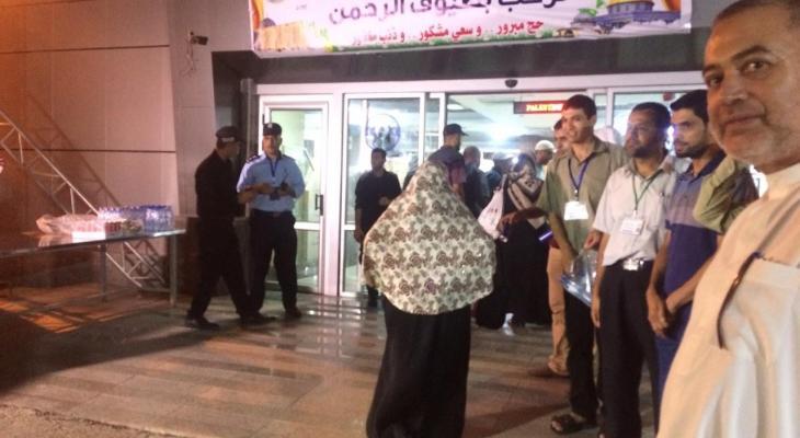 """شاهد بالفيديو: عدسة وكالة """"خبر"""" ترصد لحظة وصول حجاج بيت الله الحرام أرض غزّة"""