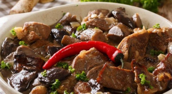 """طريقة عمل """"صينية لحم"""" بالفرن مع الفطر"""