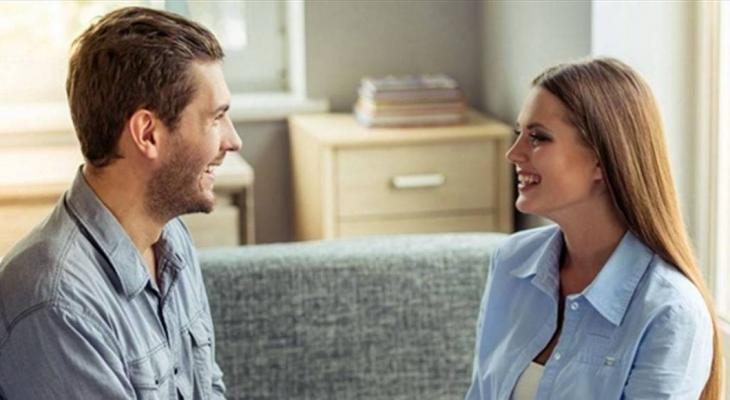 """4 فوائد للإمساك بيد """"زوجك"""" بينها خفض التوتر"""