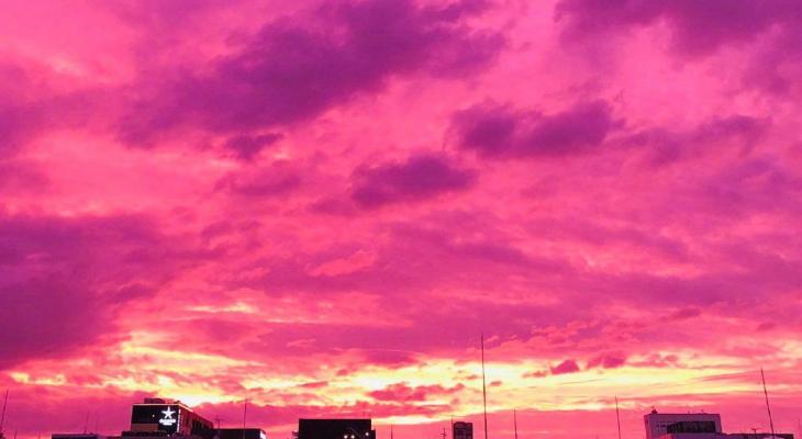 """شاهدوا: لماذا تحولت السماء إلى اللون الأرجواني مع اقتراب إعصار """"هاغيبس"""" من اليابان؟"""