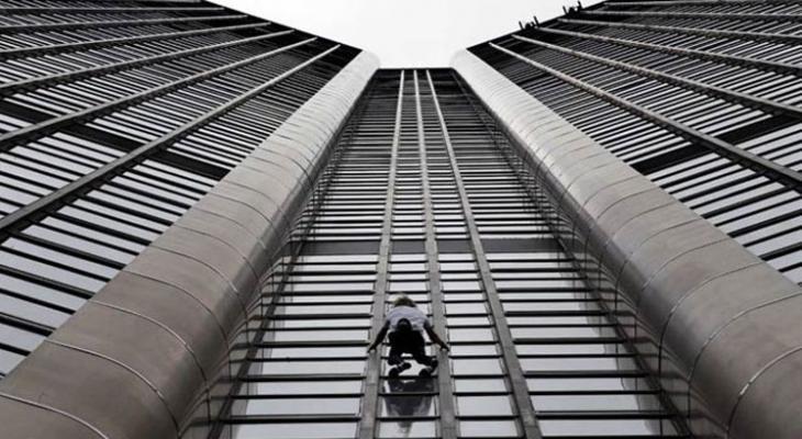 """شاهدوا: """"الرجل العنكبوت"""" يتسلق ناطحة """"سحاب"""" في فرنسا"""