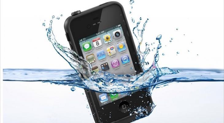 """بالفيديو: كيف تنقذ """"هاتفك"""" عند سقوطه في الماء؟"""