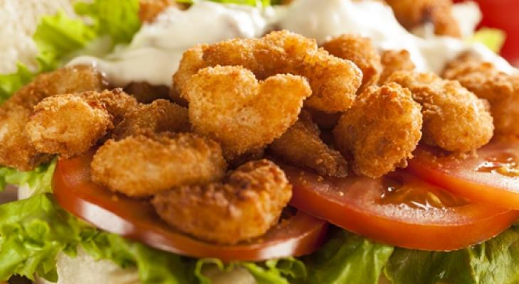 """بالفيديو: طريقة عمل """"ساندوتش الجمبري"""" المقلي"""