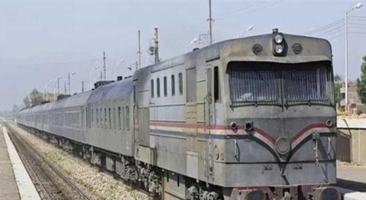 """بالفيديو والصور:  مصري ينقذ ابنته من """"الموت"""" تحت عجلات القطار"""