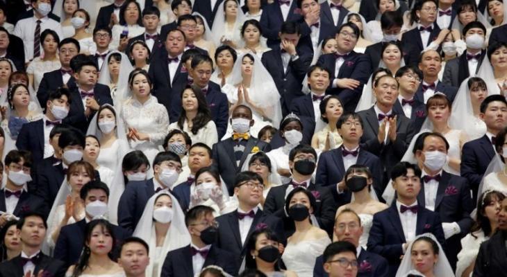 """بالفيديو والصور: بحفل زفاف """"جماعي"""" يتحدى الخوف فيروس """" كورونا """""""