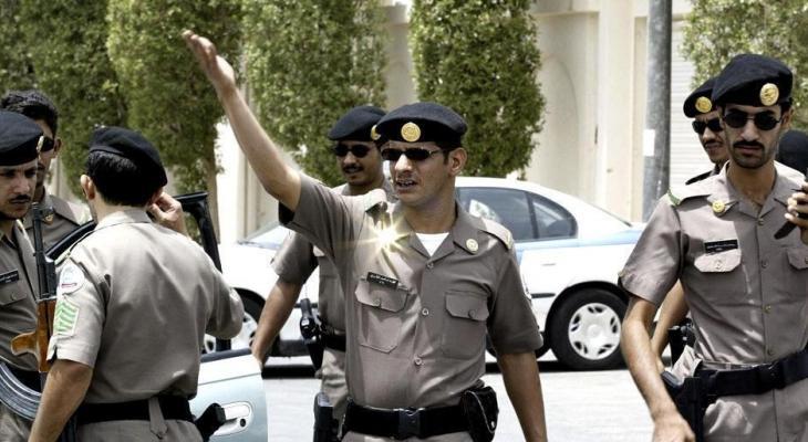 """شاهدوا بالفيديو: الأمن السعودي يلقي القبض على """" شاب """" حاول عرض مخدرات على """" فتاة"""" في شارع عام"""