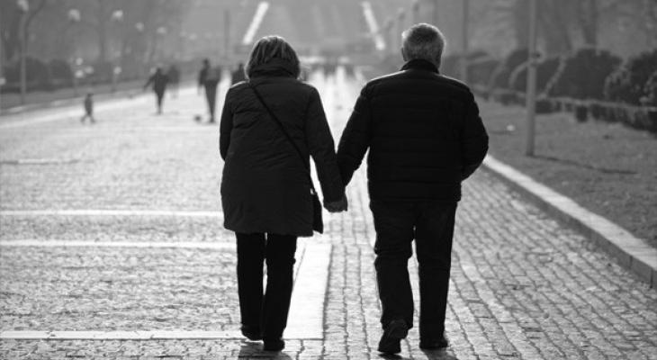 """بالفيديو والصور: """"الحب في زمن كورونا"""" زوجان مسنان يودعان بعضهما """"دراميا"""" في مستشفى صيني"""