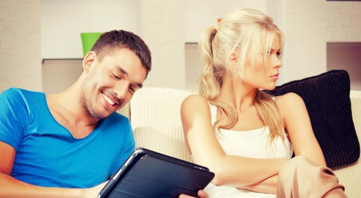 """شاهدى: كيف تحولين """"الغيرة"""" من شيء سلبي إلى إيجابي في علاقتك الزوجية؟"""