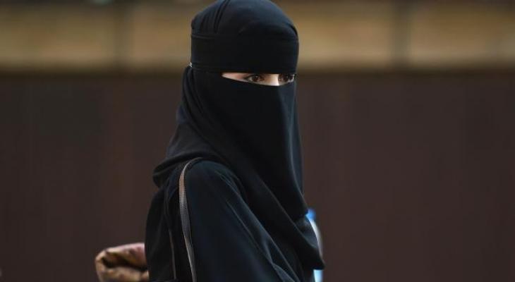"""بالفيديو والصور : منقبة تثير جدلا بعد """"غنائها"""" في فندق سعودي"""