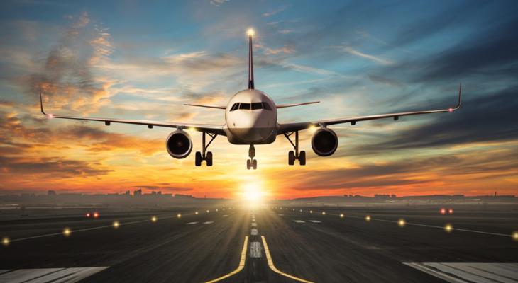 """بالفيديو: وباء كورونا """"يحوّل"""" رحلة طيران روتينية إلى """"خاصة"""" وسط دهشة راكبها الوحيد"""