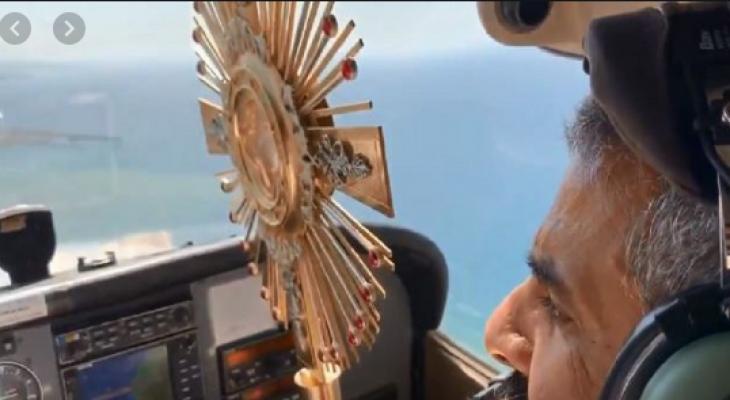 """شاهدوا بالفيديو: رجل دين """"مسيحي"""" يحلق بطائرة فوق لبنان لإنقاذه من """"فيروس كورونا"""""""