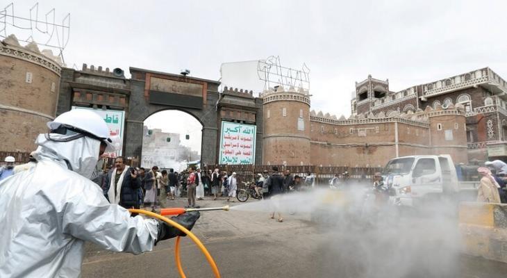 """شاهدوا: طبيب يمني يفاجئ أهالي """"صنعاء"""" بعبارة على سيارته"""