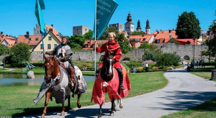 """شاهدوا: جزيرة سويدية تواجه كورونا بـ """"فرسان القرون الوسطى"""""""