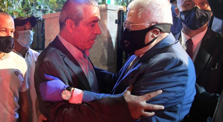الرئيس يقدم التعازي للوزير حسين الشيخ بوفاة شقيقه.jpg