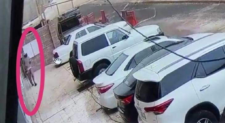 """بالفيديو: شاهد لحظة سقوط جدار على سيارات بـ""""السعودية"""" ونجاة رجل من موت محقق"""