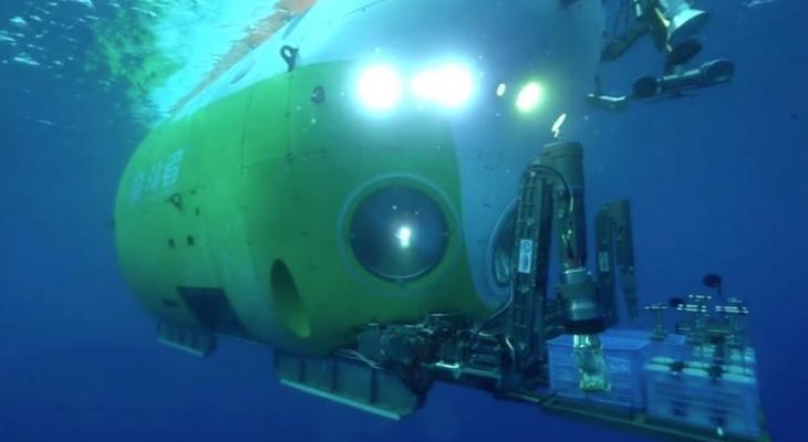 غواصة  تستكشف خندق مائي