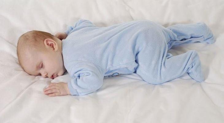 نوم الرضيع على بطنه