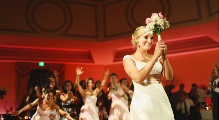 السرّ وراء رمي العروس لباقة الورد في حفل زفافها FdrIr