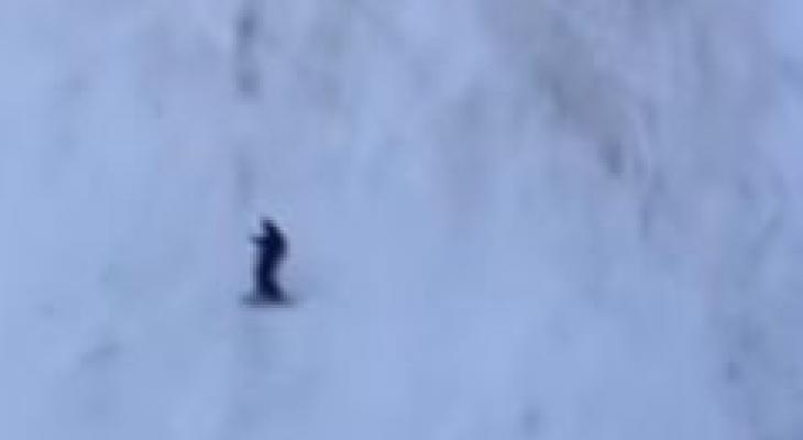 متزلج يهرب من مطاردة دب ضخم