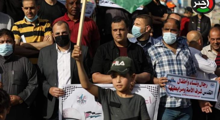 مواطنون في رفح ينظمون وقفة تضامنية مع أهالي حي الشيخ جراح