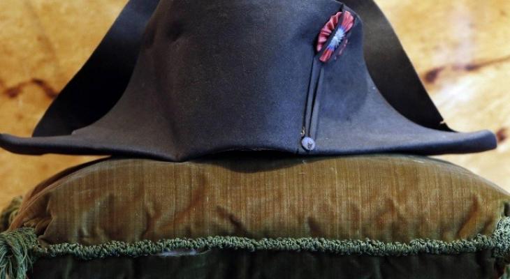"""قبعة """"نابليون"""" تباع بمئات الآلاف في مزاد علني"""