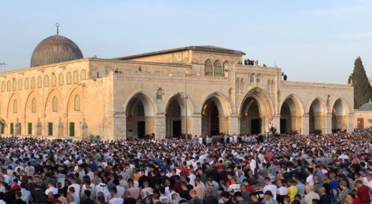 الاحتلال يقتحم باحات الأقصى ويحاول منع تنظيم مسيرة سلمية