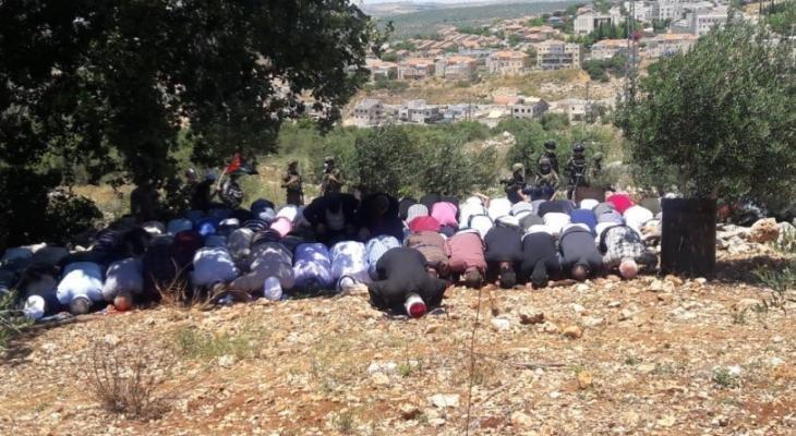 أهالي حزما يؤدون صلاة الجمعة فوق الأراضي المهددة بالاستيلاء