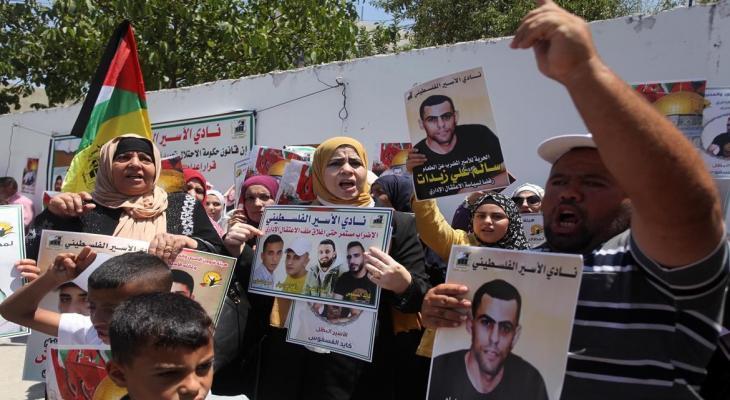 الخليل: وقفة إسناد مع الأسرى المضربين عن الطعام أمام الصليب الأحمر