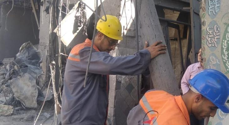 كهرباء غزة تعيد ربط الخطوط عقب الانفجار في سوق الزاوية