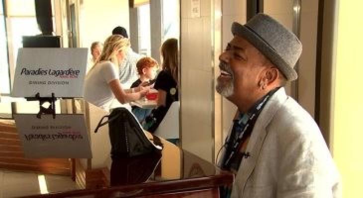 عازف بيانو يحصل علي 60 ألف دولار إكرامية في يوم واحد