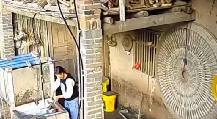 بالفيديو | انهيار سقف مطبخ على سيدة وهي تغسل الأطباق