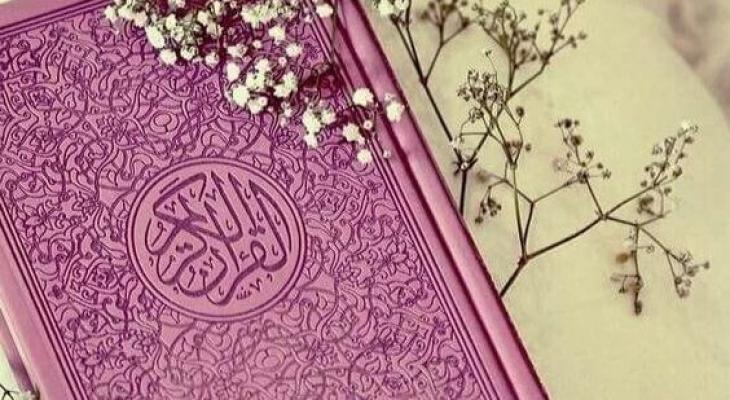 """بالفيديو : حاكم الشارقة يهدي لـ""""مجمع القرآن الكريم"""" أربع مخطوطات لمصاحف نادرة"""
