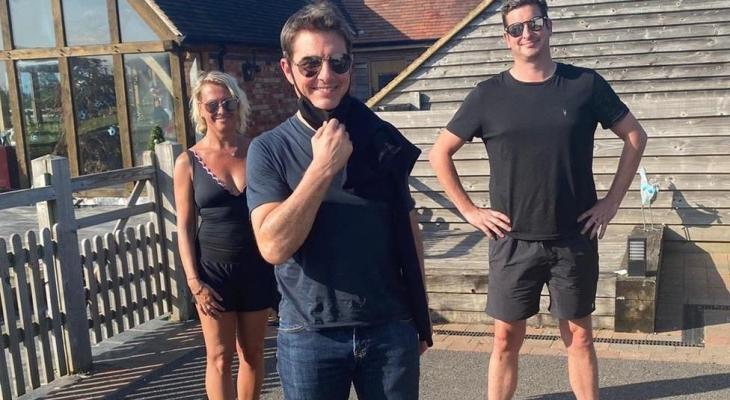 توم كروز يهبط بطائرته فى حديقة منزل أسرة إنجليزية ..لهذا السبب