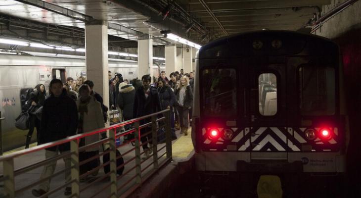 """بالفيديو   مشهد يقطع القلوب قبيل وصول """"قطار الأنفاق"""" إلى المحطة في نيويورك"""