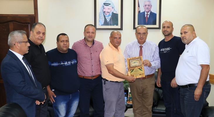 أبو مويس يستقبل وفدًا من الأسرى المحررين في رام الله