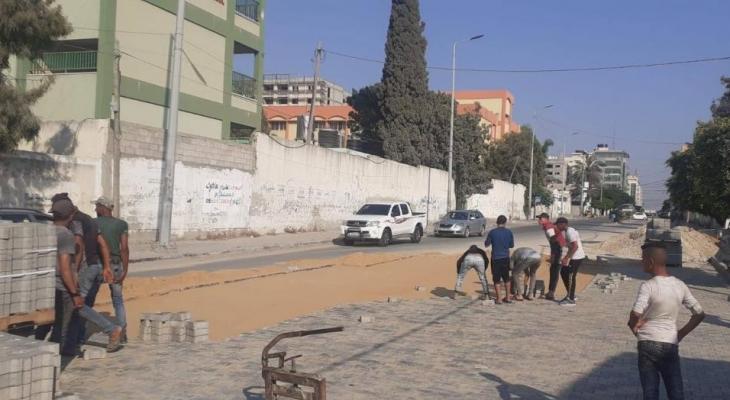 بلدية غزّة تبدأ بإجراء صيانة مؤقتة بشارع الثورة