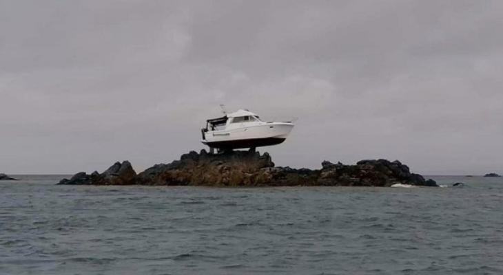 سر ظهور قارب فوق الصخور في عرض البحر بجزيرة القنال الإنجليزية