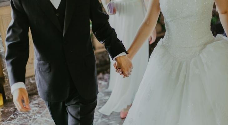 لماذا تقف العروس على يسار العريس