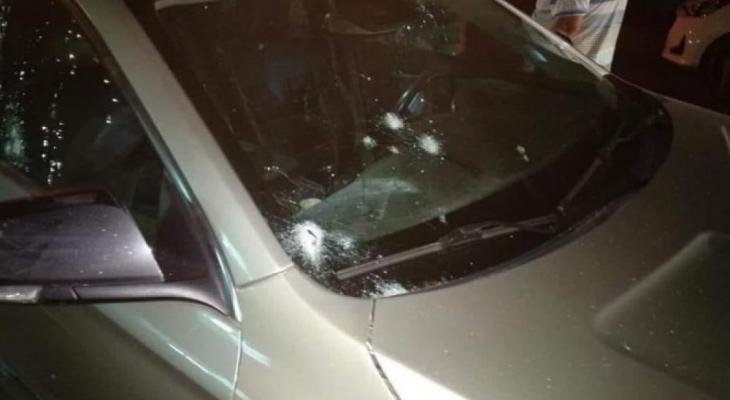 مسلحون مجهولون يطلقون النار على مركبة مواطن في الخليل