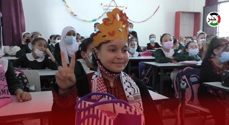 طفلة تعود لمقاعد الدراسة بعد بتر الاحتلال لساقها في العدوان الأخير على غزّة