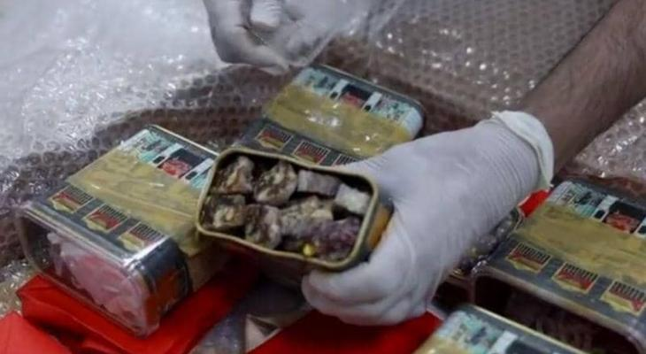 """بالفيديو: الأمن الكويتي يضبط """"مخدرات"""" داخل علبة حلويات"""