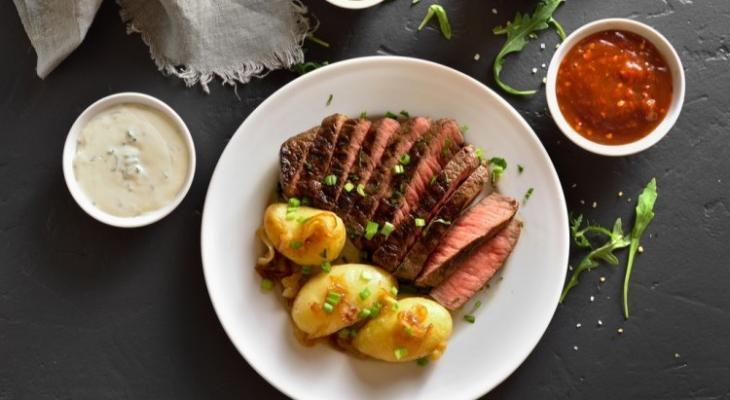 بالفيديو: طريقة عمل شرائح اللحم بالزعتر والبطاطس