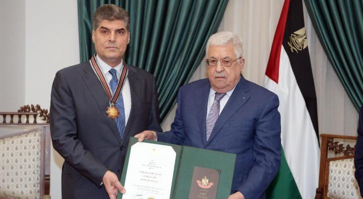 الرئيس عباس يمنح اللواء حازم عطا الله وسام نجمة القدس العسكري