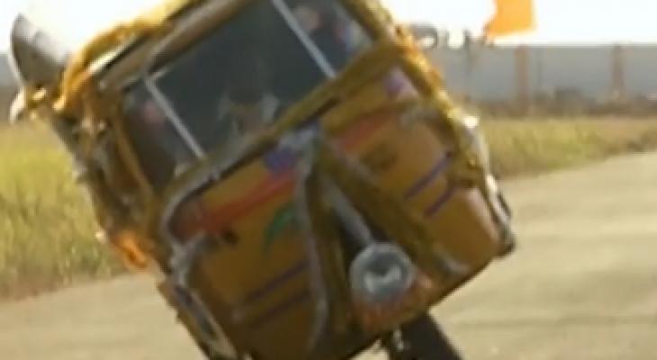 """سائق """"توك توك"""" هندى يدخل موسوعة جينيس لأطول قيادة على عجلتين."""