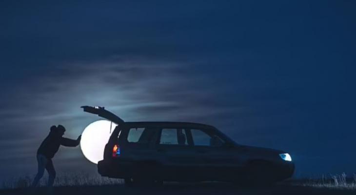 بولندى يسرق القمر فى حقيبة سيارته بجلسة تصوير سحرية استغرقت عامين