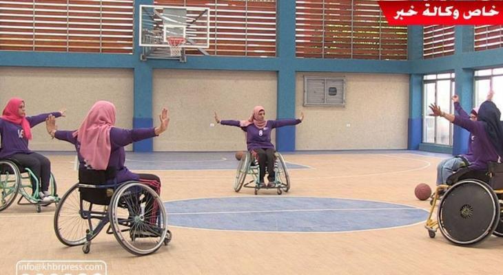 بالفيديو: فتيات ذوي الإعاقة يُمارسن رياضة كرة السلة جلوساً