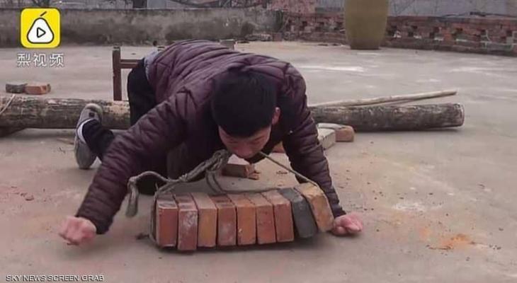 شاب صيني يساعد عائلته بعمل شاق ..رغم حالته الصحية الصعبة