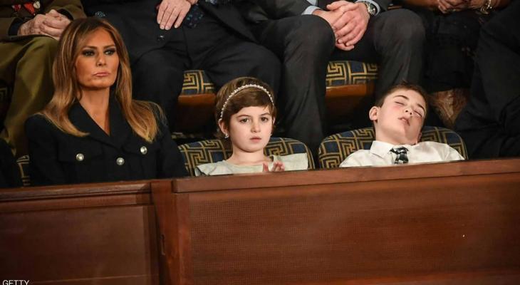 """شاهد : سر """"الطفل النائم"""" بجوار ميلانيا أثناء خطاب ترامب"""