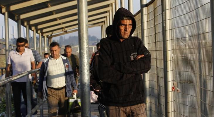 """صحيفة عبرية تكشف عدد العمال الفلسطينيين من غزّة الذين دخلوا """"إسرائيل"""" اليوم"""